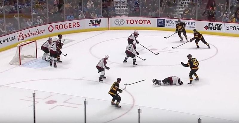 Video: Matt Calvert sai kiekon naamaan – tuomarit eivät viheltäneet peliä poikki, Vancouver iski lopulta maalin