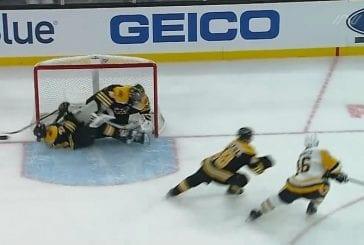 Video: Pelottava loukkaantuminen NHL:ssä - Charlie McAvoy löi päänsä tolppaan