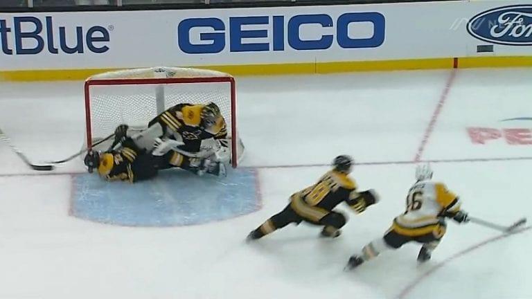Video: Pelottava loukkaantuminen NHL:ssä – Charlie McAvoy löi päänsä tolppaan