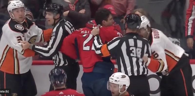 Video: NHL:ssä nähtiin rivo temppu – Washington-peluri sylkäisi vastustajaa