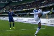 Video: Mario Balotelli potkaisi pallon katsomoon ja poistui kentältä - syynä Verona-fanien rasistinen huutelu