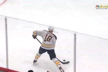 Video: Henri Jokiharju teki ensimmäisen NHL-maalinsa vastustajan selän kautta