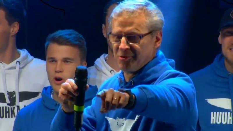 Video: Markku Kanerva piti lupauksensa ja huudatti yleisöä Huuhkajien kansanjuhlassa