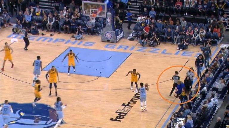 Video: NBA-tuomari törmäsi faniin sivurajalla – juoma kaatui kentälle ja peli keskeytyi