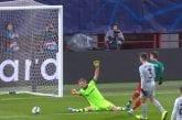 Video: Lukas Hradecky venyi maagiseen torjuntaan - nollasi läpi rynnineen Lokomotiv-hyökkääjän
