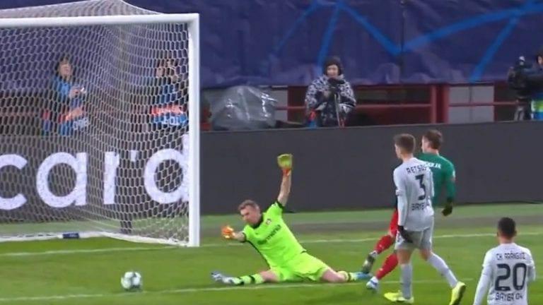 Video: Lukas Hradecky venyi maagiseen torjuntaan – nollasi läpi rynnineen Lokomotiv-hyökkääjän