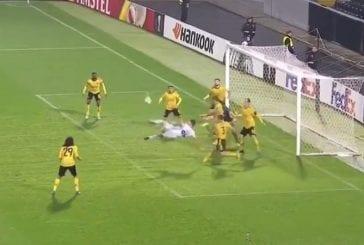 Video: Upea saksipotku toi Vitorian tasoihin lisäajalla - seitsemän Arsenal-pelaajaa ihaili vieressä