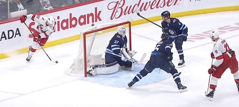 Video: Andrei Svechnikov teki sen taas NHL:ssä – kauden toinen ilmaveivimaali syntyi Jetsiä vastaan