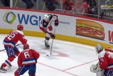Video: NHL:ssä nähtiin erikoinen osuma - Riley Nash osui maaliviivan takaa