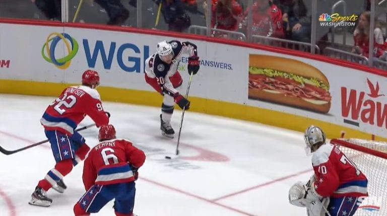 Video: NHL:ssä nähtiin erikoinen osuma – Riley Nash osui maaliviivan takaa