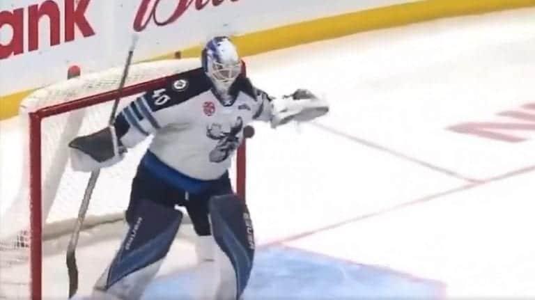 Video: AHL-maalivahdilla oli yllätys karvaajille – avasi peliä potkaisemalla