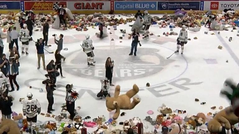 Video: Hershey Bears teki uuden maailmanennätyksen – jäälle lensi yli 45 000 pehmolelua