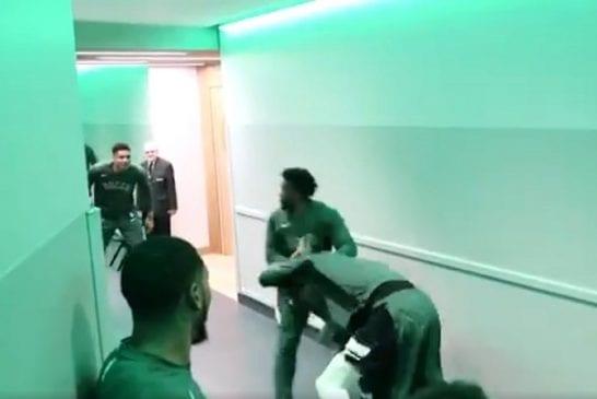 Video: Milwaukee Bucks-pelaajilla hupaisa lämmittelyrutiini - WWE-tyylinen matsi koppikäytävällä