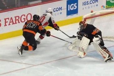 Video: Flyersin Carter Hart nukahti pahasti - sähelsi maalin kulmalla ja lahjoitti tasoitusmaalin