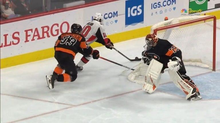 Video: Flyersin Carter Hart nukahti pahasti – sähelsi maalin kulmalla ja lahjoitti tasoitusmaalin
