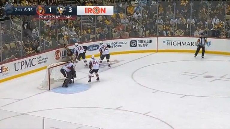 Video: NHL-tuomari jäätyi pahasti – Senators-pelaajan ruma poikittainen suoraan numeroihin jäi puhaltamatta
