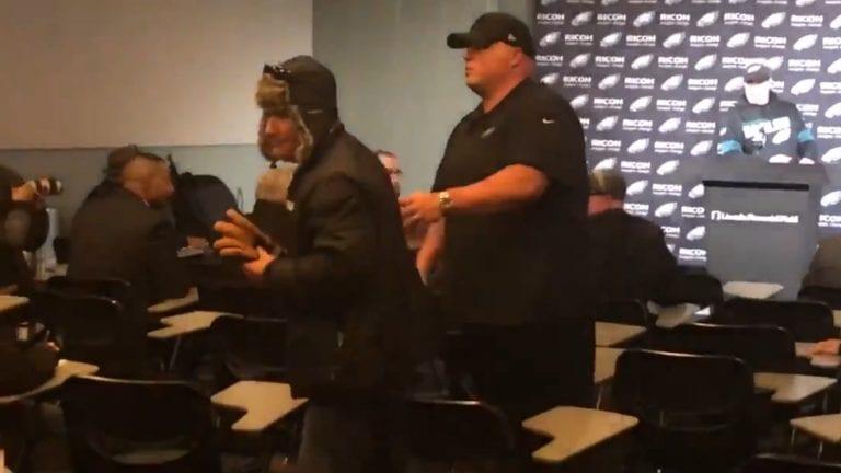 Video: Humalaiset fanit pääsivät NFL-seuran pressiin – jäivät kiinni toisen huudettua kysymyksen