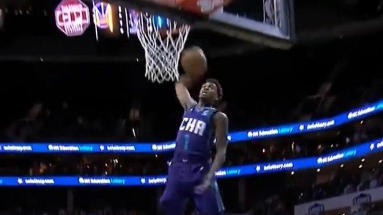 Video: Hämmentävä moka NBA:ssa – Charlotten Malik Monk kohnotti donkatessaan