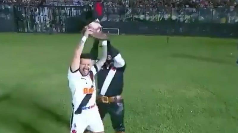 Video: Vasco da Gama juhli maalia antaumuksella – pelaaja repi maskotilta pään ja pisti tanssiksi