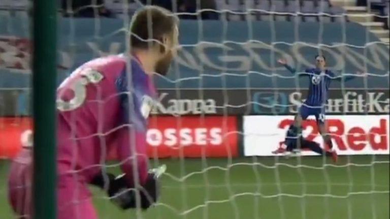 Video: Wigan-veskaria janotti kesken pelin – pullon tavoittelu johti noloon takaiskuun