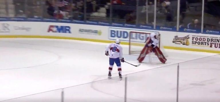 Video: AHL-veskari mokasi koomisella tavalla – kiskaisi kiekon omiin puolustajan kautta