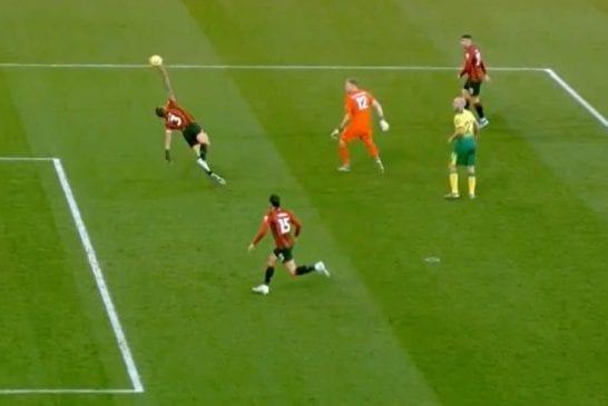 Video: Bournemouth-pakki torjui pallon tahallaan kädellään - Teemu Pukki upotti seuranneen pilkun sisään