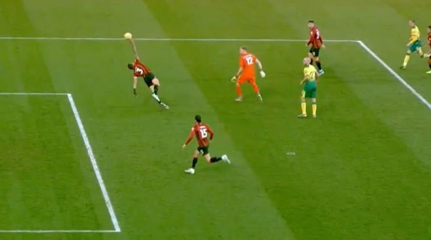 Video: Bournemouth-pakki torjui pallon tahallaan kädellään – Teemu Pukki upotti seuranneen pilkun sisään