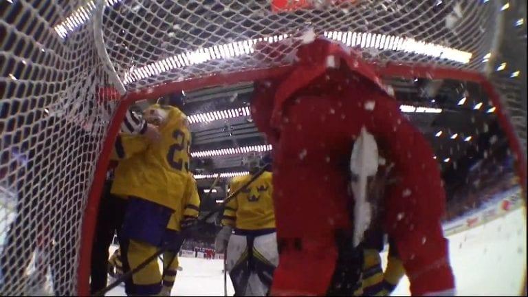 Video: Ruotsin U20-pelaaja potkaisi vastustajaa haaroihin – törkeä teko vai puhdas vahinko?