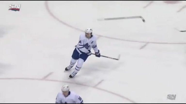 Video: Auston Matthews taituroi tyylikkäästi – vippasi pudonneen mailan takaisin joukkuetoverille