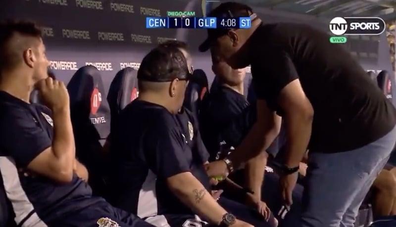 Video: Diego Maradona aiheutti hämmennystä kesken ottelun – sai epämääräisen paketin, minkä jälkeen kuvayhteys peitettiin