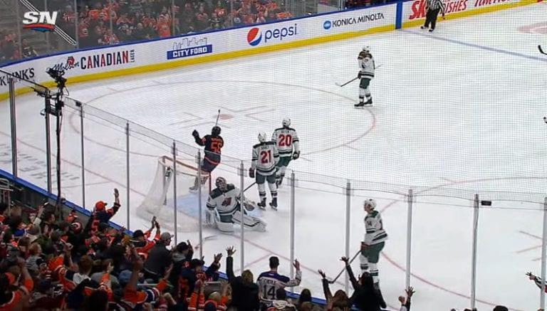 Video: NHL:ssä nähtiin älyttömän onnenkantamoinen maali – Leon Draisaitl asialla
