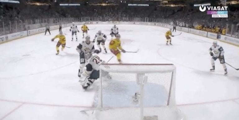 Video: Tästä ei pomput enää parane – Saku Mäenalanen osui äärimmäisen onnekkaalla tavalla KHL:ssä