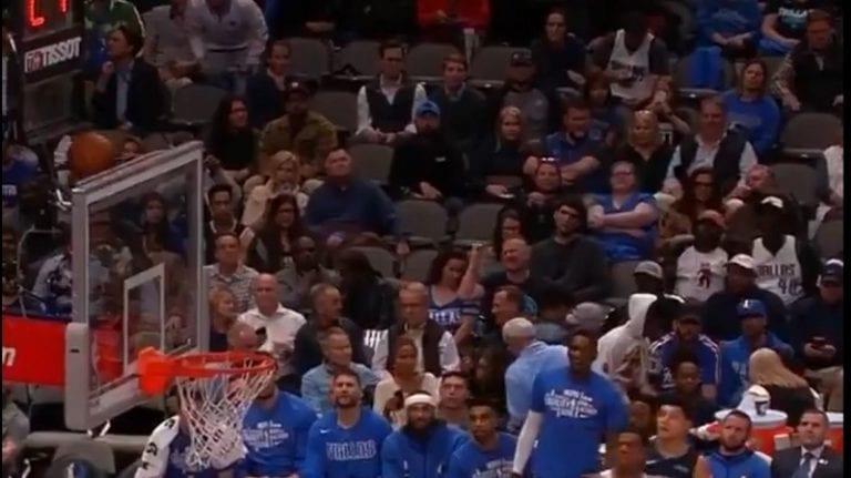 Video: Pallo päätyi hankalaan paikkaan NBA:ssa – jättiläismäinen Boban Marjanovic pelasti tilanteen