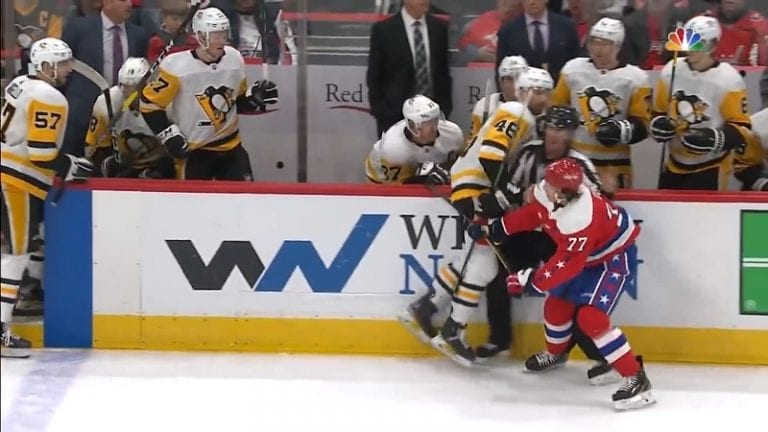 Video: Sidney Crosby puuttui peliin vaihtopenkiltä – tarttui vastustajan mailaan ja jäi kiinni