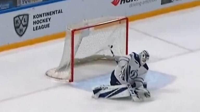 Video: Moskovan Dynamon maalivahti imaisi puolesta kentästä ammutun vedon KHL:ssä