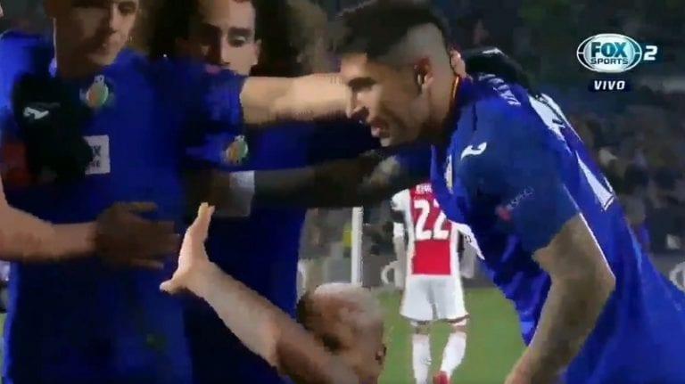 Video: Getafen hyökkääjä poseerasi maalin jälkeen Ajax-katsomon edessä – fani heitti esineellä, pelaaja lakosi