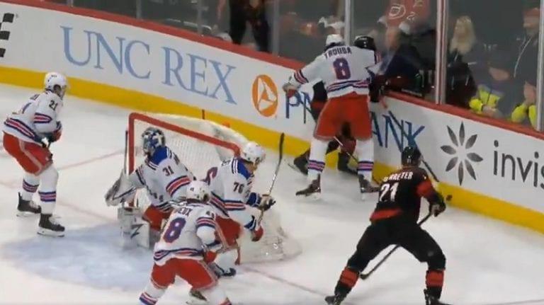Video: Erik Haula otti lukua – Rangers-pakki taklasi rumasti suoraan päähän