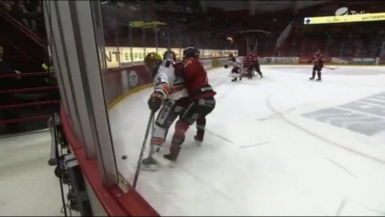 Video: HPK:n Cody Kunyk kaatui, kun maila jäi laidan väliin – tuomari passitti Ässä-pakin jäähylle