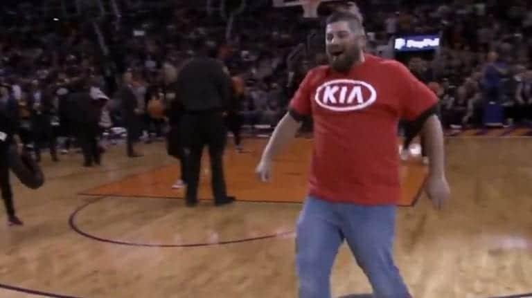 Video: Suns-fani linkosi upean korin puolesta kentästä – voitti tuliterän auton