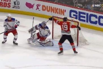 Video: NHL:ssä koominen tilanne - Jonathan Toewsin maila jäi Rangers-veskarin maskiin kiinni