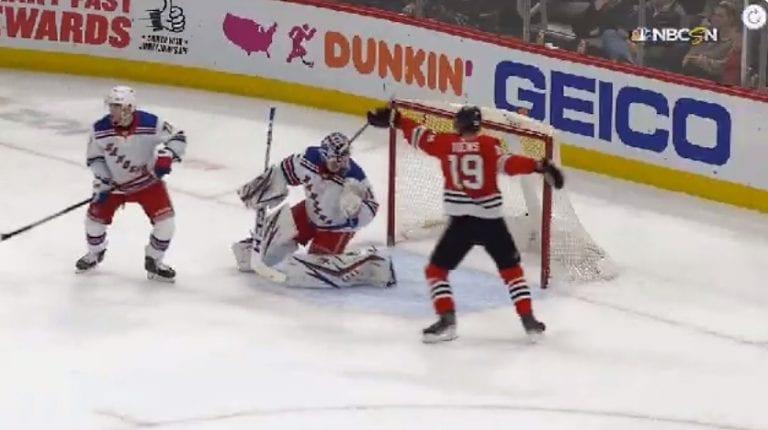 Video: NHL:ssä koominen tilanne – Jonathan Toewsin maila jäi Rangers-veskarin maskiin kiinni