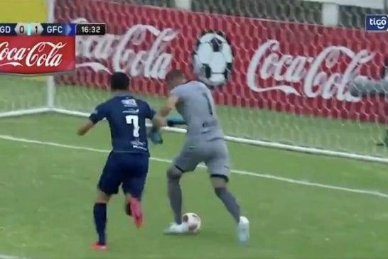 Video: Uskomaton sähellys - maalivahti kuljetti pallon omaan maaliin Uruguayn liigassa