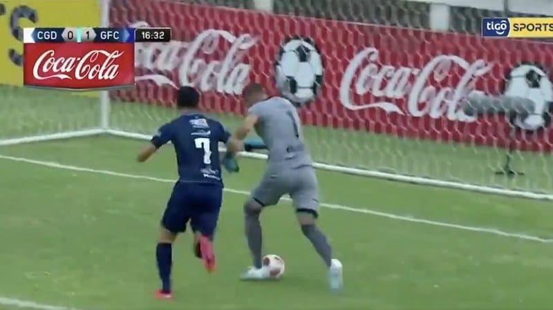 Video: Uskomaton sähellys – maalivahti kuljetti pallon omaan maaliin Uruguayn liigassa