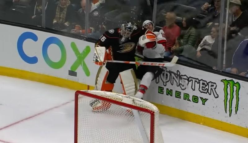 John Gibson taklaus Anaheim Ducks - Pallomeri.net