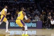 Video: LeBron James esitteli päällikkö-tason suorittamista – asteli puolikentän yli ja upotti jäätävän kolmosen