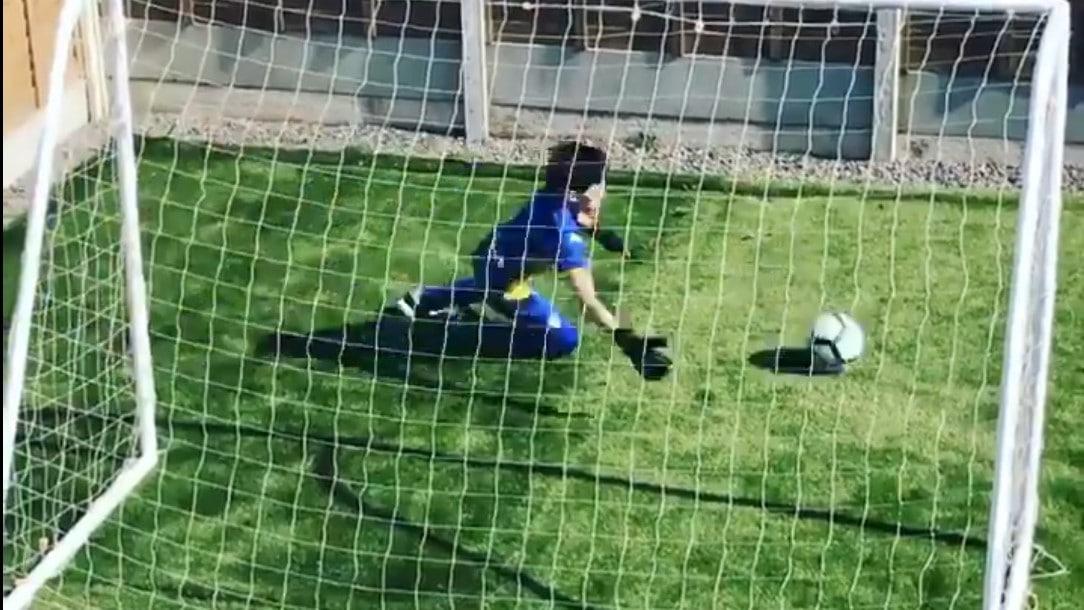 Video: Karanteenissa oleva junnuveskari keksi nerokkaan treenin – futistähdet syttyivät viraalivideoon