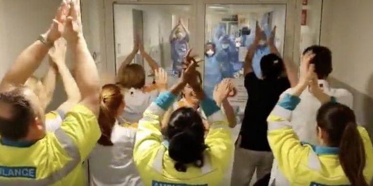 """Video: Sairaalan työntekijöiden laulu sulatti Jürgen Kloppin sydämen – """"Aloin itkemään välittömästi"""""""