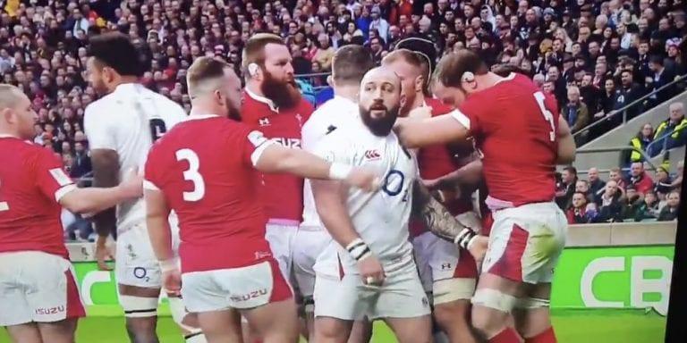 Video: Rugby-pelaajalta nähtiin iljettävä teko – nappasi vastustajan sukukalleuksista kiinni kesken ottelun