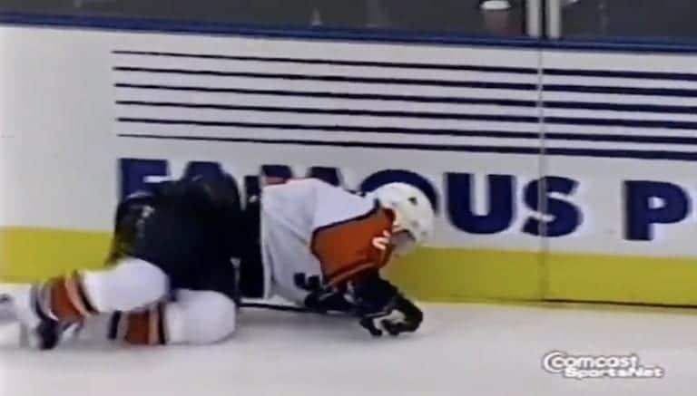 """Video: Sami Kapanen jäi hirmutaklauksen alle – NHL-selostaja muisteli ottelua: """"Yksi hulluimmista tapahtumasarjoista"""""""