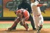 Video: Ilkeä pomppu osui baseball-siepparia kasseille - vastustaja lohdutti potkimalla haaroihin